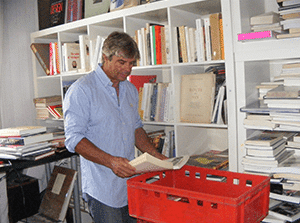 Débarras de maison à sceaux: Michel trie des livres